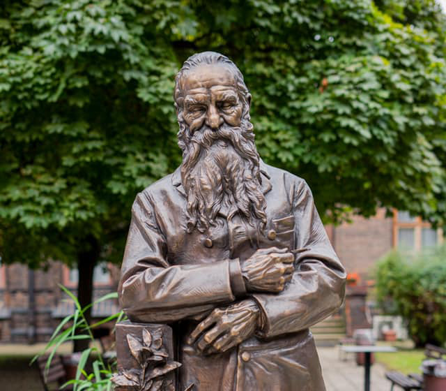 Gynekologicko-porodnická klinika se dočkala sochy architekta budovy Josefa Hlávky
